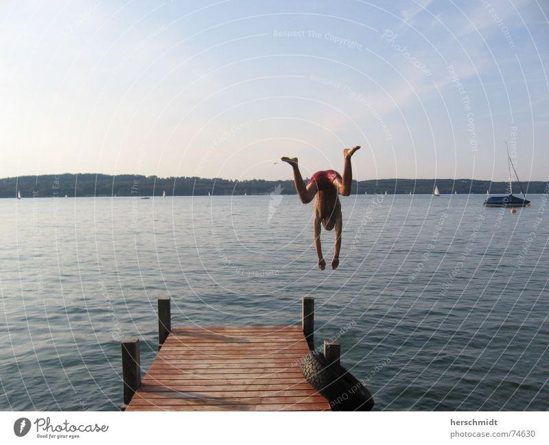 W wie Frosch Steg Wasserfahrzeug Mann Hose Badehose Hand Strand Wolken Horizont springen Kopfsprung nass lustig Sommer Starnberg Mensch Hinterteil Beine Fuß