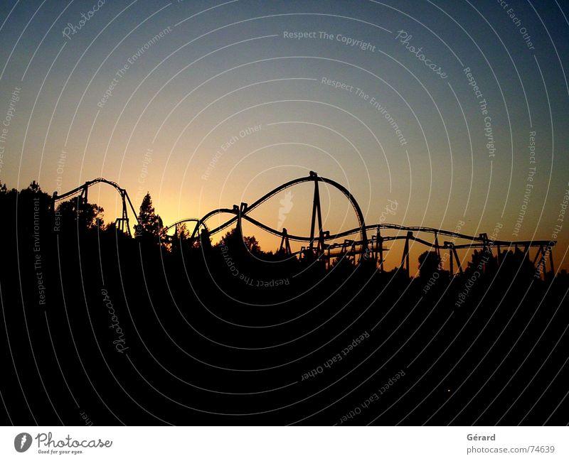 Achterbahnfahrt bei Sonnenuntergang Dämmerung Lichtspiel träumen contre-jour rollercoaster achterbahnfahrt