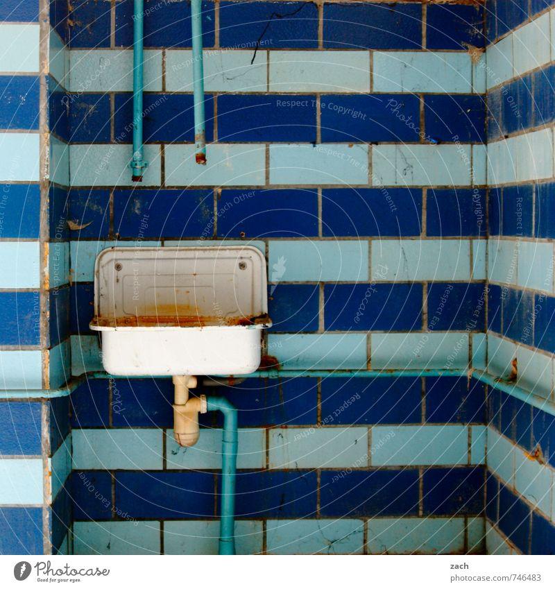 Trockenheit | abgeklemmt blau alt Wand Mauer Gebäude Linie Fassade Häusliches Leben kaputt Vergänglichkeit Sauberkeit Bad Fliesen u. Kacheln Vergangenheit