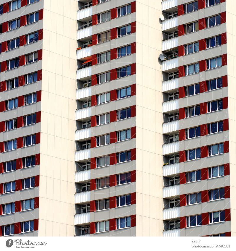 Kommune 1 Stadt weiß Einsamkeit rot Haus Fenster Wand Architektur Mauer Gebäude Linie Fassade Häusliches Leben Hochhaus Beton viele