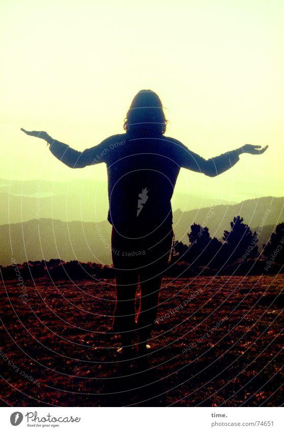 Sister Sun Morgen Licht Schatten Silhouette Sonnenaufgang Sonnenuntergang Meditation Berge u. Gebirge Hand Horizont stehen dankbar Hoffnung demütig