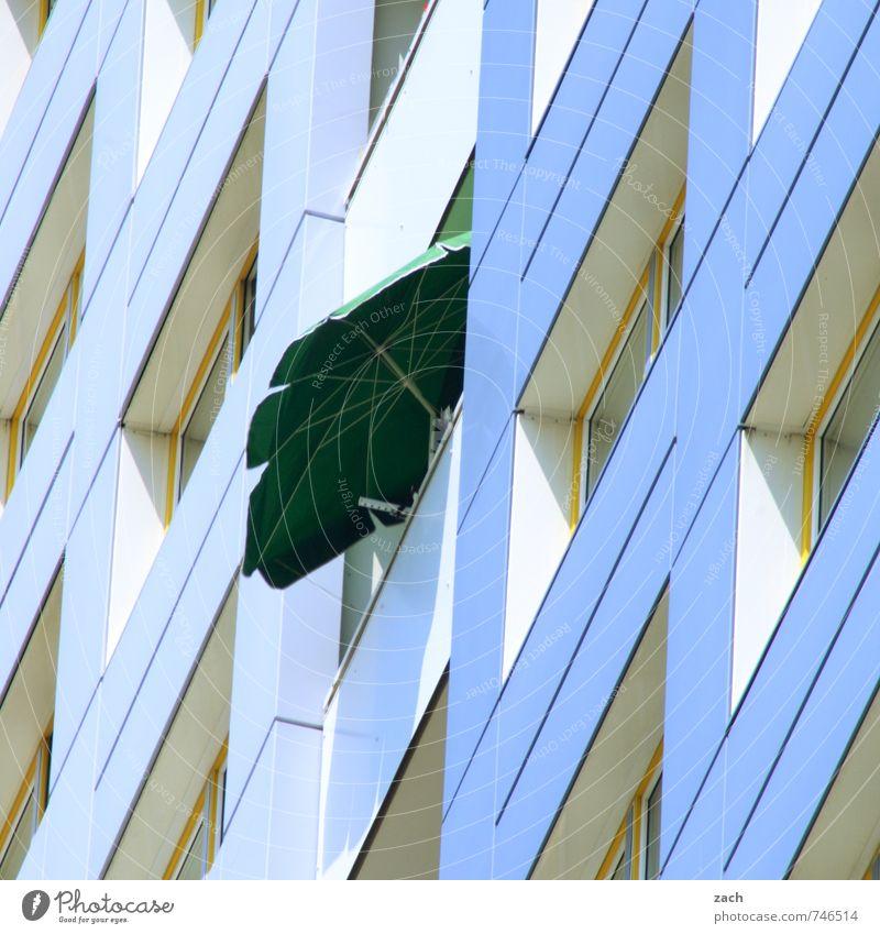 gut beschirmt blau Stadt grün Einsamkeit Erholung Haus Fenster Wand Mauer Gebäude Stein Linie Fassade Wohnung Häusliches Leben Hochhaus