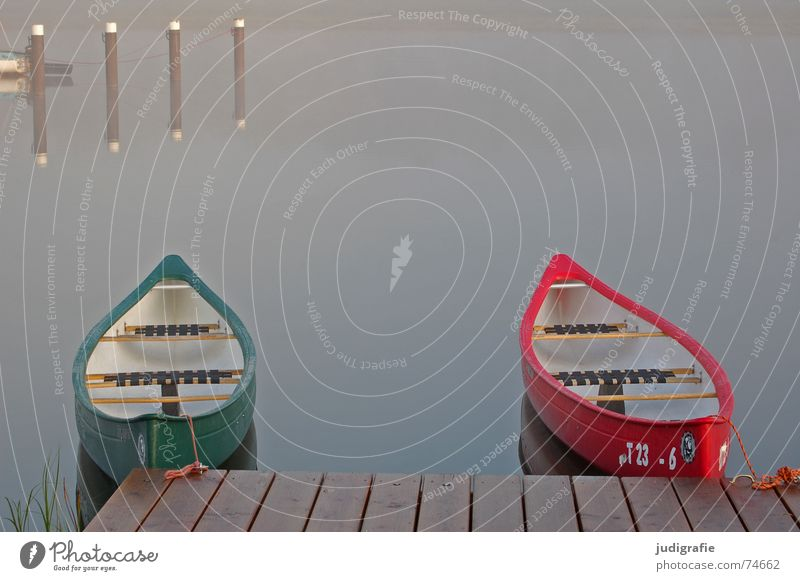 Zwei Boote Natur Wasser grün rot ruhig Einsamkeit Sport Herbst Spielen Holz See Wasserfahrzeug 2 Küste Nebel Hafen