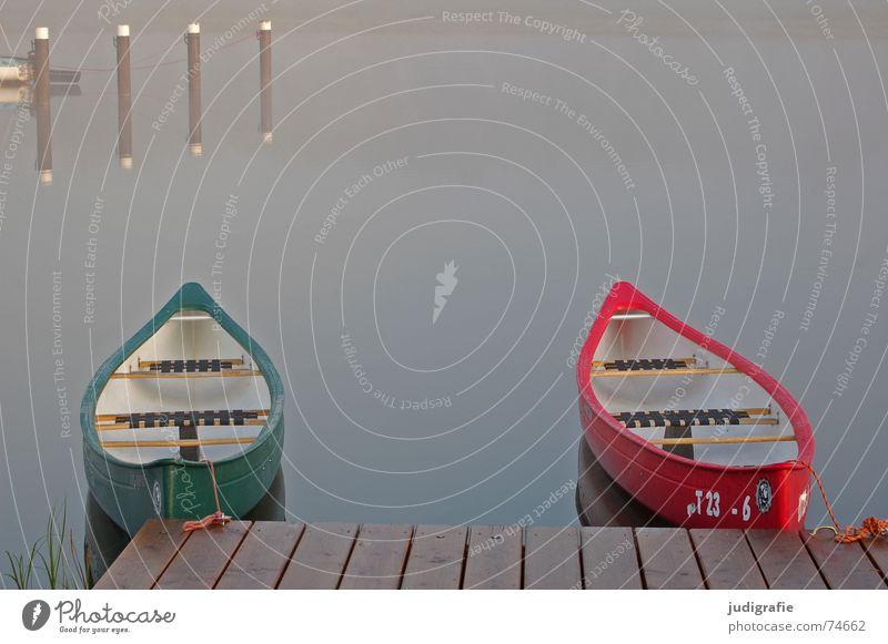 Zwei Boote See Wasserfahrzeug Morgen Nebel Steg ankern rot grün Holz Reflexion & Spiegelung ruhig Einsamkeit 2 Fischland-Darß-Zingst Prerow