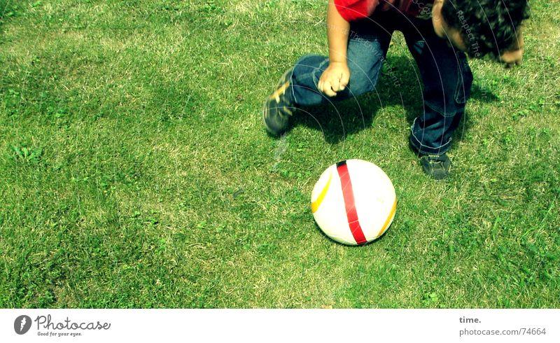 Ligaanwärteranwärter Farbfoto Außenaufnahme Freude Spielen Fußball Ball Junge Wiese Lust Wachsamkeit Konzentration Körperhaltung Drehung Rasen Dynamik Einsatz