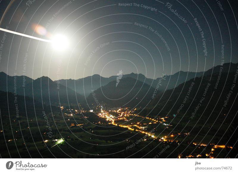 Saanenland by Night grün blau Straße dunkel Berge u. Gebirge hell Beleuchtung Nebel Hügel Mond Mondschein Nebelbank Gstaad
