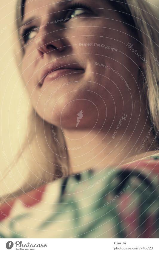 Seitenblick Mensch Frau Jugendliche Junge Frau ruhig 18-30 Jahre Erwachsene Gesicht Leben feminin blond skeptisch