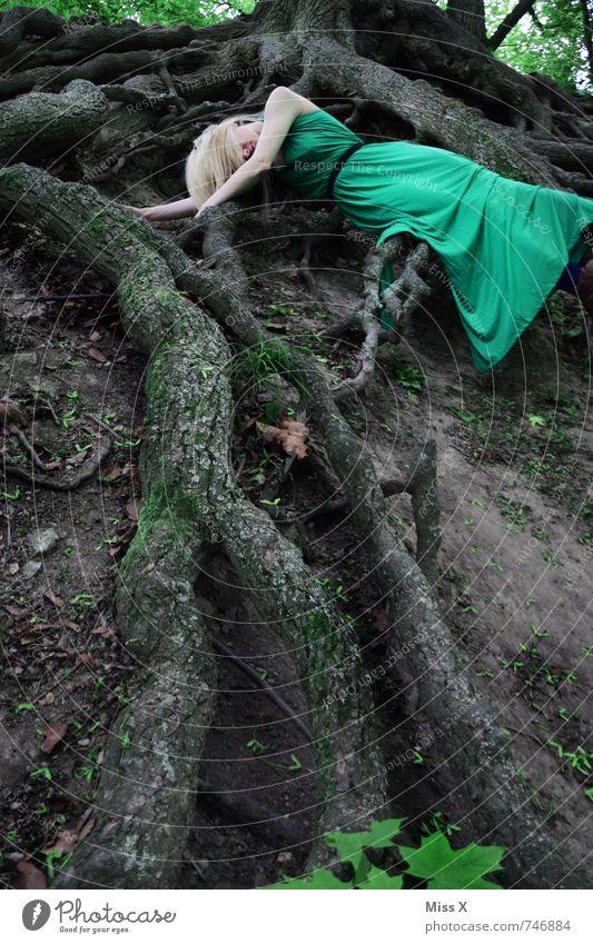 Elfe Mensch feminin Junge Frau Jugendliche 1 18-30 Jahre Erwachsene Umwelt Natur Erde Baum Wald Urwald Kleid blond Gefühle Stimmung Traurigkeit Tod Müdigkeit