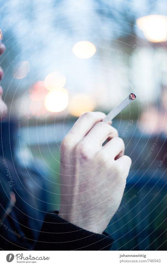 balkonabend. Hand Finger 18-30 Jahre Jugendliche Erwachsene Denken sprechen Rauchen Zigarette Unschärfe glühen gemütlich Atem Lunge Krebs kalt festhalten