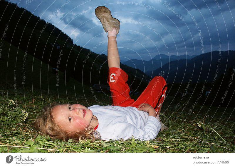Der Himmel fällt runter... Mädchen Kind grinsen grün dunkel Gras Wiese Wolken rot Mensch lachen child Schatten Beine Abend blau