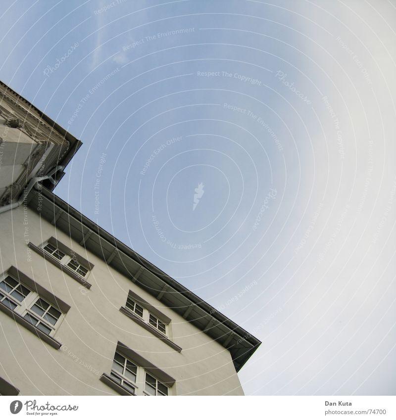 Jahrhundert-Wände Haus Wolken Schleier Wand Fenster Dach Dachrinne beige groß Himmel Glas alt
