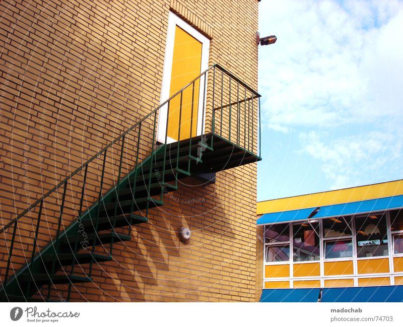 IST DAS LEBEN HIER EIN FILM?! Himmel Stadt Haus Leben Fenster Mauer Gebäude orange Arbeit & Erwerbstätigkeit Tür Wohnung hoch Beton Design Treppe