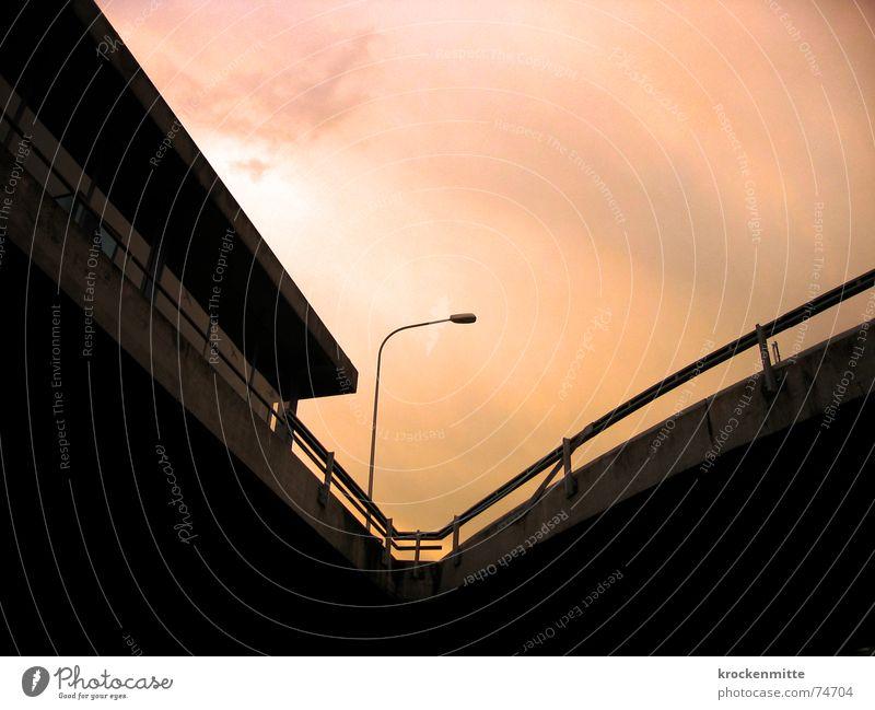 V-Ausschnitt verjüngen Laterne Stadt Verkehr Wolken Beton Bushaltestelle Zugang Licht Zufahrtsstraße Verkehrswege Schweiz Straße Himmel Zürich Geländer
