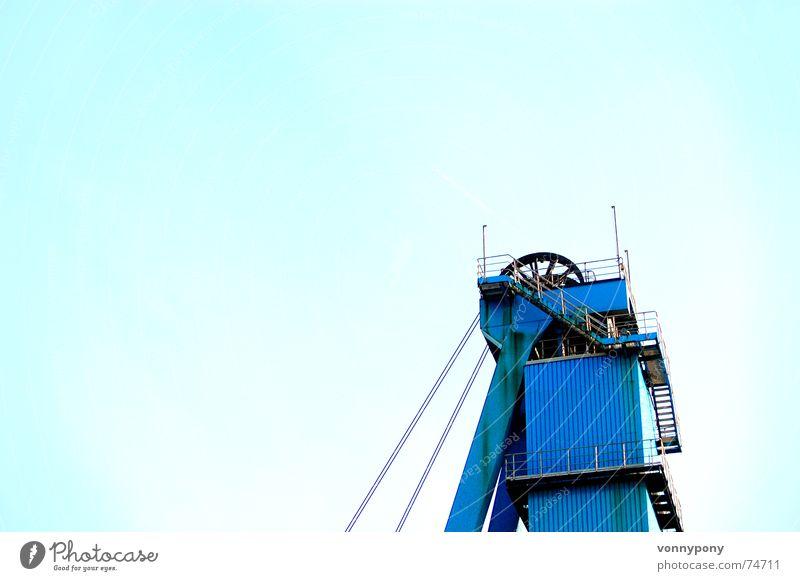 Ab in den Himmel Bergbau Güterverkehr & Logistik kalt türkis positiv Fahrstuhl groß blau Drahtseil Metall Salz Mine Braunkohlentagebau untertage aufwärts