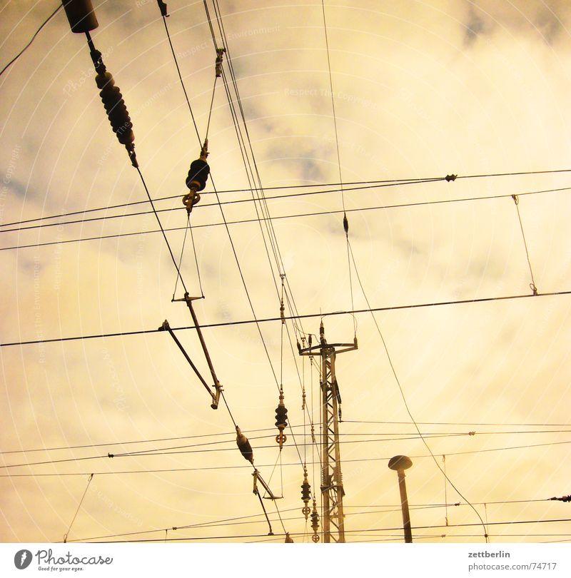 Stadt / Land - Das Land Himmel Wolken Eisenbahn Elektrizität bedrohlich Amerika Oberleitung