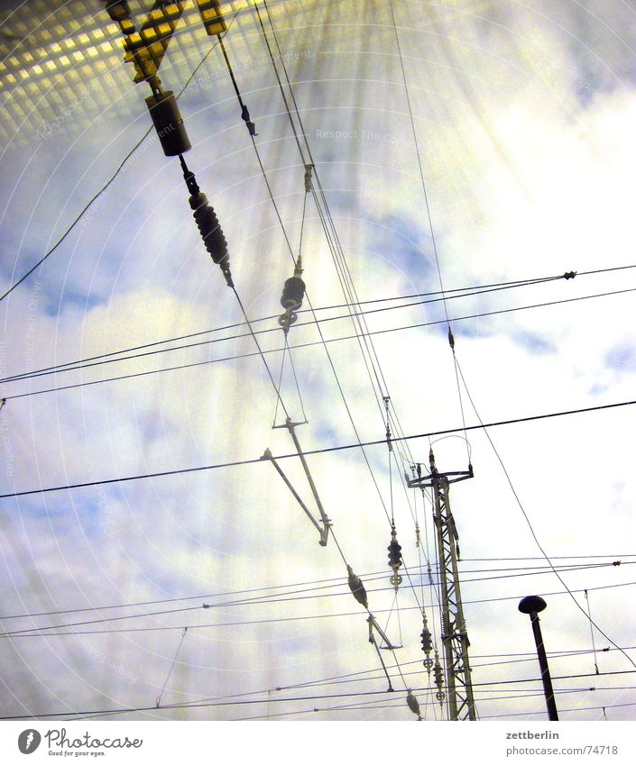 Stadt / Land - Die Stadt Oberleitung Elektrizität Eisenbahn Froschperspektive Wolken Reflexion & Spiegelung Amerika elektrifizierung e-lok Himmel Fensterscheibe