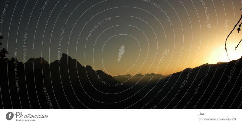 es war schön! schön Himmel Sonne schwarz Berge u. Gebirge orange Schweiz Ast Abenddämmerung untergehen Tal nachten Saanenland Berner Oberland