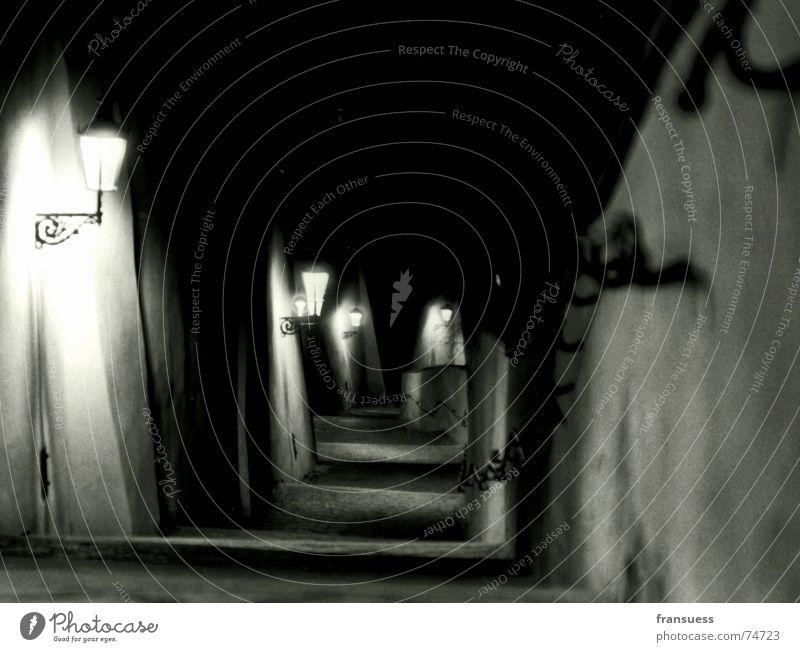 prag Prag Hradschin Nacht dunkel abwärts Lampe Straßenbeleuchtung Laterne Hügel Tschechien gruselig heimelig Treppe Abstieg Berge u. Gebirge Schwarzweißfoto