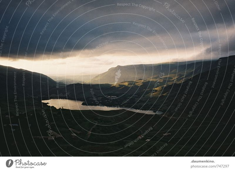 ._ Ausflug Abenteuer Ferne Freiheit Expedition Berge u. Gebirge wandern Natur Landschaft Gewitterwolken Wetter Unwetter Wind Sturm Hügel Seeufer Gelassenheit