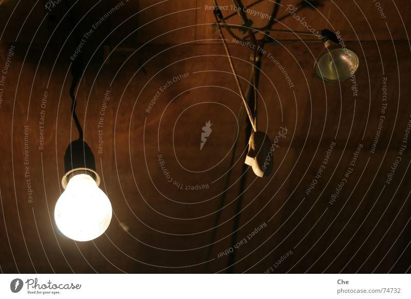 Ein Schalter mit zwei Lampen dunkel hell Beleuchtung lustig Armut ästhetisch Kabel einfach verfallen Glühbirne unlogisch improvisieren