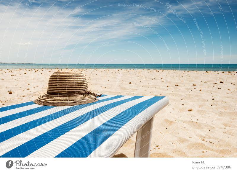 VorSaison II Himmel Ferien & Urlaub & Reisen blau weiß Meer Erholung Wolken Strand Horizont warten Tourismus Schönes Wetter Sonnenbad Hut Sommerurlaub Liegestuhl