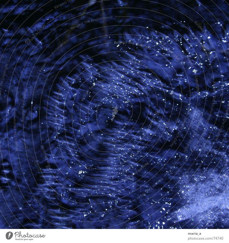 Wasser dunkel kalt Elektrizität blasen Blubbern Wasserwirbel Mineralien Mineralwasser Strömung Gartenteich
