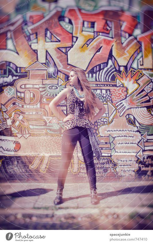 Sunlight Mensch Frau Jugendliche blau rot Mädchen 18-30 Jahre Erwachsene Wand Graffiti feminin Mauer außergewöhnlich Kunst Mode Fassade