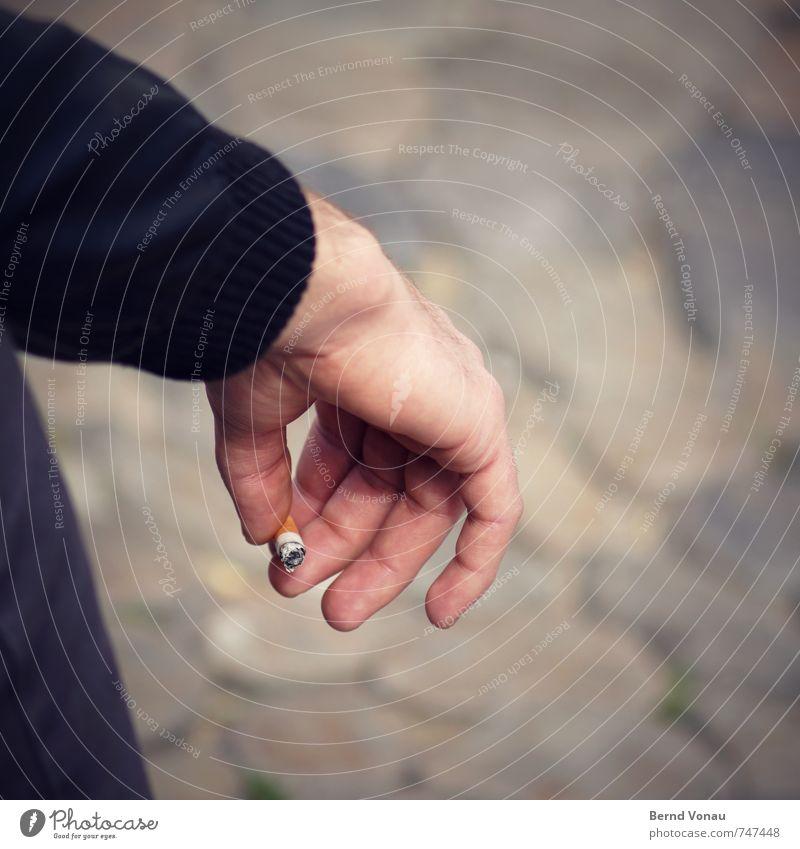 letzten Endes Haut Gesundheit Rauchen Erholung Mann Erwachsene Hand Finger hängen sitzen braun schwarz Pause Sucht Zigarette Tabakwaren ärmel kurz