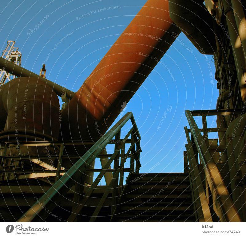 Kleines Röhrchen alt Himmel blau rot Arbeit & Erwerbstätigkeit groß Treppe Industriefotografie dick Stahl Röhren Rost Schönes Wetter Geländer Eisen