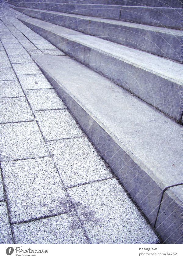um die Ecke hoch gehen Treppe Stein laufen aufwärts abwärts Bewegung blau