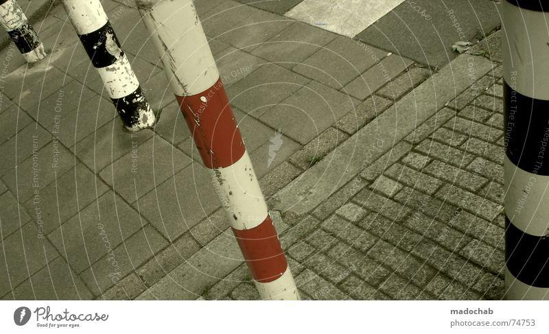 DER UNTERSCHIED Stadt Asphalt grau unten Fußgänger Verkehr trist Muster Hintergrundbild Strukturen & Formen Quadrat graphisch weiß Lücke Poller rot schwarz
