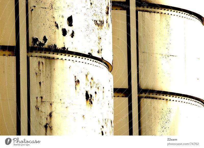 silo Silo Fass Industriefotografie industriell weiß kaputt gelb Muster abstrakt Stil 2 nebeneinander Dachboden Rost trashig Strukturen & Formen Sonne