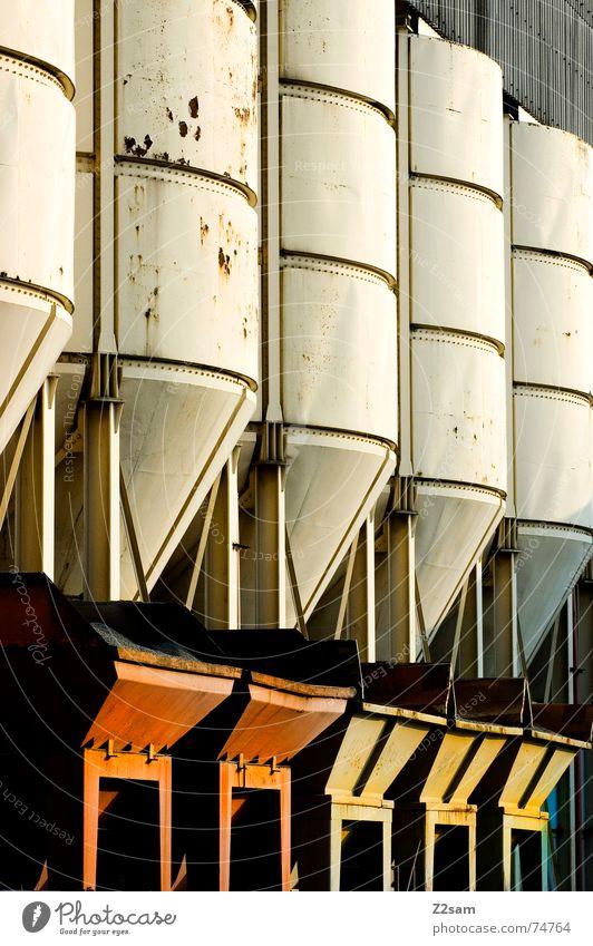 fünf gegen fünf 5 10 Silo nebeneinander Industriefotografie rot gelb grün weiß Fass Container Dachboden industrial