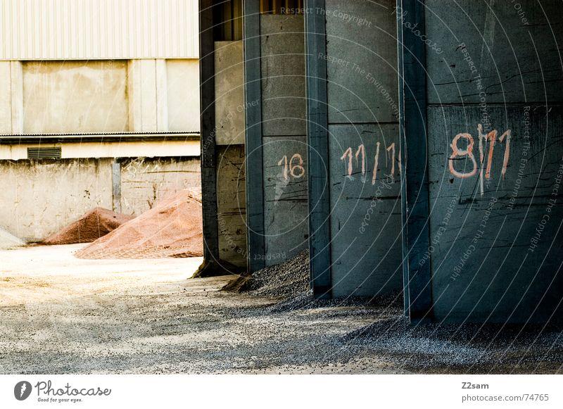 Tor 1 2 oder 3 Industriefotografie industriell Haufen Wand 8 Garage nebeneinander rot industrial Sand Stein Ziffern & Zahlen 11 Schatten light