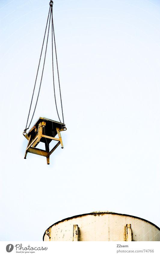 hung up hängen Tisch Baustelle Silo Fass Vogelperspektive Schweben Industriefotografie krahn Seil Kette industrial desk Himmel blau