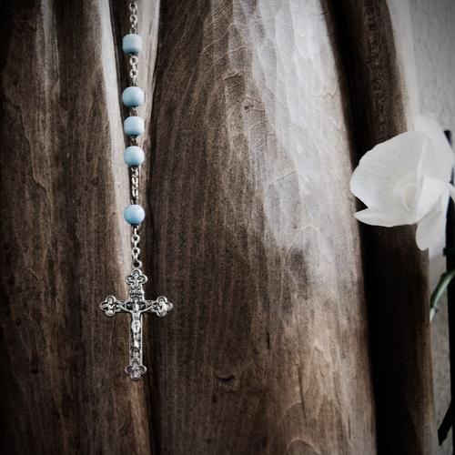 Magnificat anima mea Dominum Blume Blüte Holz Glas Metall Zeichen Christliches Kreuz Kruzifix Jesus Christus Rosenkranz Gebetskette Perle Perlenkette Blühend
