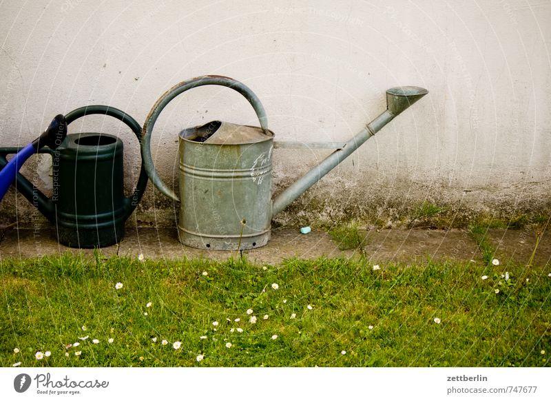 Gießkannen Stadt Wasser Haus Wand Wiese Gras Berlin Garten Rasen Gerät Werkzeug Schrebergarten Scheune gießen Kannen Gärtner