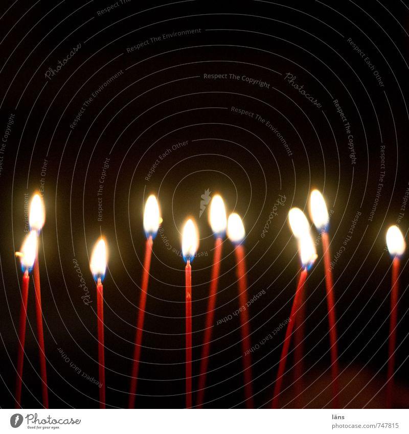 es ist Zeit rot Freude schwarz Feste & Feiern Stimmung leuchten Geburtstag Vergänglichkeit Wandel & Veränderung Hoffnung Kerze Restaurant brennen Nachtleben