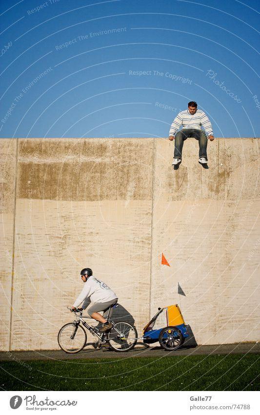 jetzt oder nie Mensch Himmel springen Bewegung Mauer Fahrrad sitzen fahren unten Mut tief Wagen Gefolgsleute