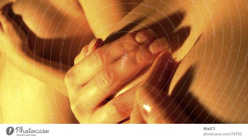 Doppelt oder nichts Frau Hand gelb nackt orange Haut Arme Finger Frauenbrust Spiegel Dame verstecken Akt Nagel Scham bedecken