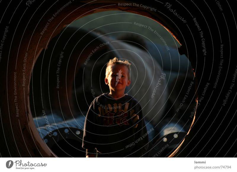 Junge im Tunnel! Kind Freude Spielen Coolness Baustelle Freizeit & Hobby Röhren Wochenende
