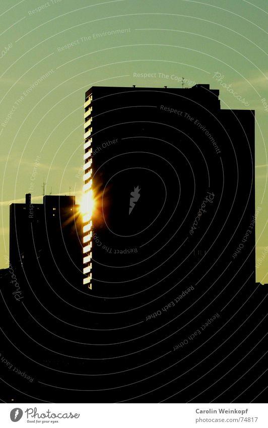 Feuer im 12. Stock Reflexion & Spiegelung Silhouette St. Pauli Hochhaus Licht schwarz dunkel Abenddämmerung Abendsonne Sonnenuntergang indirekt modern Hamburg