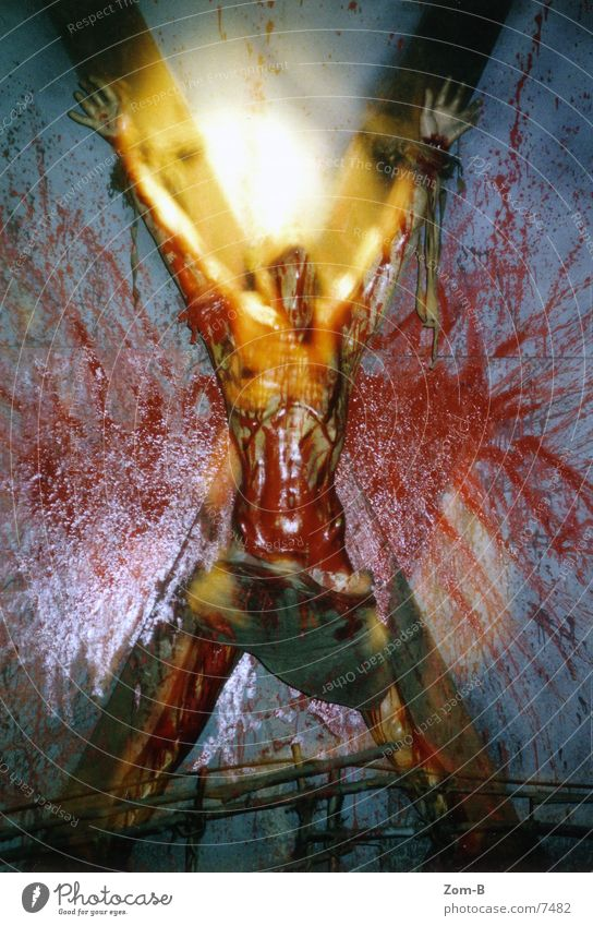 london_dungeon_01 Tod Christentum Christliches Kreuz Schmerz historisch Blut Ekel England Kruzifix Justizvollzugsanstalt Qual Folter