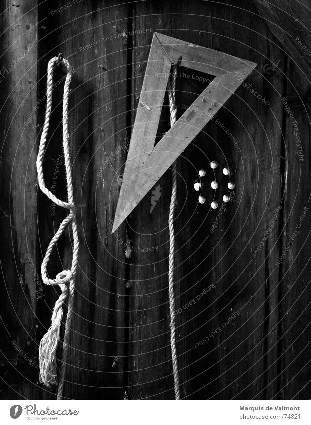 Stilleben Holz Holzwand Wand Haken Schnur Seil Dreieck Werkzeug Loch hängen hängend ausgefranst ruhig dunkel Tischler Holzbrett Ecke Knoten alt Scheune Hütte