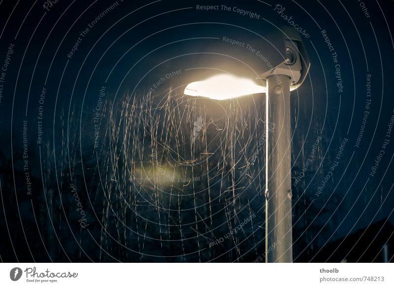 Regen an Strassenlaterne Lampe Urelemente Wasser Wassertropfen Nachthimmel Straßenbeleuchtung fallen dunkel blau gelb gold schwarz Stimmung Bewegung stagnierend