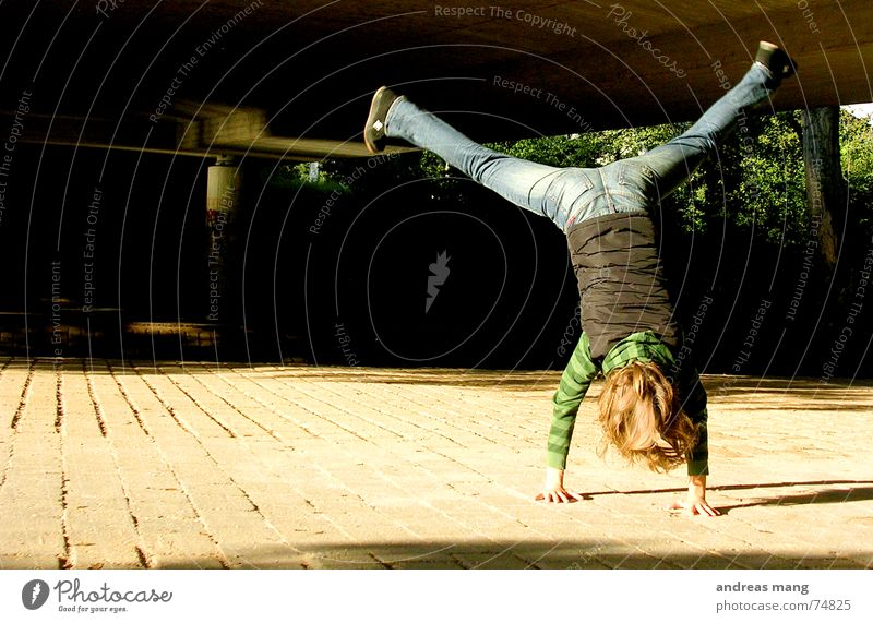 Enjoying life Mädchen Handstand Freude fun woman hands Aktion Haare & Frisuren hair Beine leg legs Freiheit freedom