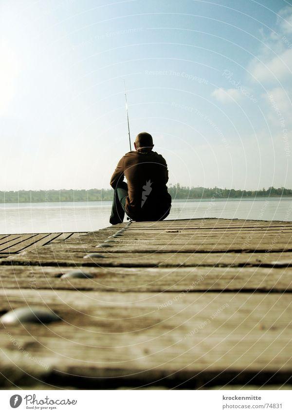 In der Ruhe liegt die Kraft Mann Wasser ruhig Einsamkeit Erholung Herbst Holz See Freizeit & Hobby Steg Angeln Fischer Angler