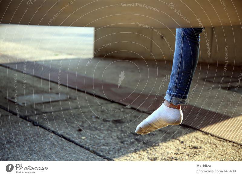 rechter fuß ohne Lifestyle feminin Mädchen Beine Fuß 1 Mensch Bauwerk Jeanshose Strümpfe blau weiß lässig Asphalt Steinplatten Bekleidung Pause Einsamkeit Wade