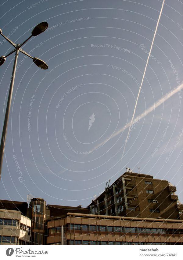WEIT WEG Himmel Stadt blau Wolken Haus Fenster Leben Architektur Gebäude Freiheit fliegen oben Arbeit & Erwerbstätigkeit Wohnung Design Wetter