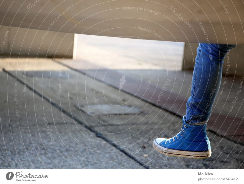 linker fuß mit Lifestyle feminin Mädchen Beine Fuß 1 Mensch Bauwerk Jeanshose Schuhe blau Chucks Steinplatten Betonplatte Betonbauweise lässig retro kultig